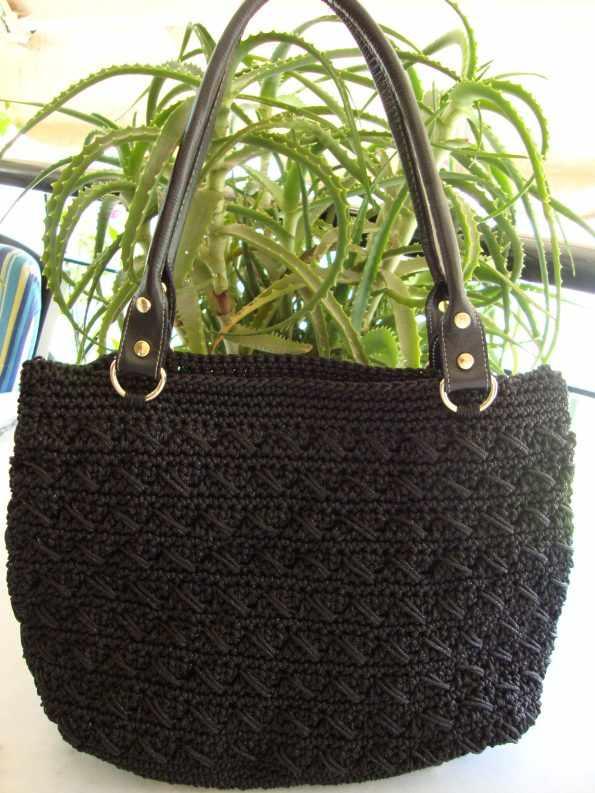 Μαύρη τσάντα με δερμάτινο πάτο και χερούλια