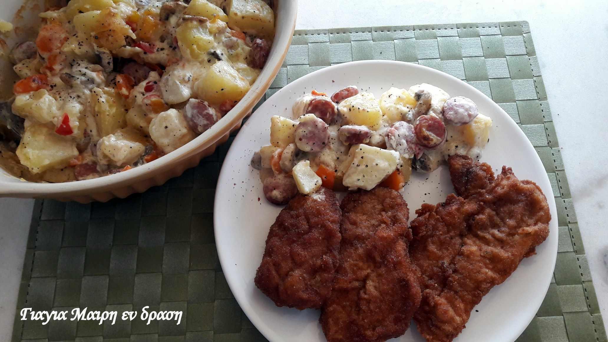 Πατατοσαλάτα φούρνου με λουκάνικα και μανιτάρια